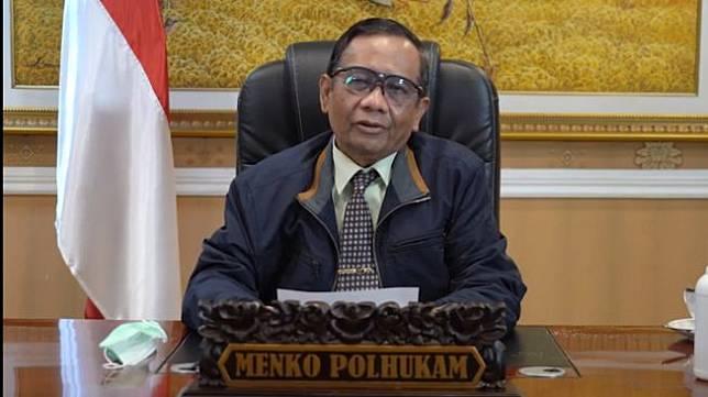 "Menko Polhukam Mahfud MD. [Tangkapan layar Mahfud MD turut berkomentar terkait cuitan Presiden ke-6 RI Susilo Bambang Yudhoyono (SBY) yang berdoa pemerintah dan masyarakat mendapatkan bimbingan agar bisa melewati pandemi Covid-19. Mahfud bingung melihat doa SBY tersebut malah menjadi perbincangan khalayak.</p><p>Mahfud mengaku sudah mengenal lama dengan SBY. Ketika keduanya sama-sama menjadi menteri di pemerintahan Presiden ke-4 RI Abdurrahman Wahid, Mahfud mengetahui kalau SBY kerap mengajak berdoa.</p><p>""Sejak Pak SBY jadi Menko Polhukam dan saya Menhan di era Gus Dur memang beliau selalu mengajak berdoa. Pak SBY pernah bercerita bermimpi buruk tentang situasi negara dia lalu mengajak saya berdoa,"" kata Mahfud kepada wartawan, Jumat (30/7/2021).</p><p>Bahkan menurutnya kebiasaan SBY itu juga diceritakan Mahfud dalam buku yang ditulisnya dengan judul Setahun Bersama Gus Dur. Tidak terhenti sampai di situ, Mahfud juga mengetahui kalau SBY selalu mengajak berdoa bahkan ketika menjadi presiden.</p><p>Ajakan berdoa itu seolah tidak dapat dilewatkan oleh SBY ketika pidato atau kegiatan lainnya. Karena itu Mahfud sempat heran dengan kehebohan yang muncul akibat SBY menyampaikan doa di Twitter.</p><p>""Dalam pidato-pidato resminya dulu dia sering mengajak kita berdoa dan berjuang dengan sabar. Bahkan juga memimpin pembacaan surat Alfatihah saat konferensi pers di Istana ketika ada berita Gus Dur wafat. Memang kenapa? Kok berdoa saja jadi berita?,"" ungkapnya.</p><p>Sebelumnya, Ketua Dewan Pembina Partai Demokrat Susilo Bambang Yudhoyono (SBY) menulis doa di akun Twitternya pada Rabu (28/07/2021) malam. Mantan presiden itu mendoakan agar pemerintah mampu mengatasi pandemi.</p><p>Cuitan SBY ini auto mendapat respons warga jagat media sosial, terutama Twitter. Diunggah semalam, doa SBY ini diaminkan atau disukai 12 ribu akun, kemudian diretweet 2,800 akun. Berikut ini unggahan doa SBY:</p><p>""Tuhan, seraya gigih berikhtiar, kami tetap memohon kemurahan hati-Mu. Selamatkan neg"