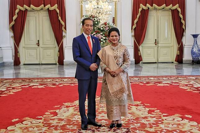 President Joko Widodo and First Lady Iriana Widodo pose for a photograph at Merdeka Palace in Jakarta on Sunday, Oct. 20, 2019, ahead of the incumbent's inauguration for his second term that afternoon.