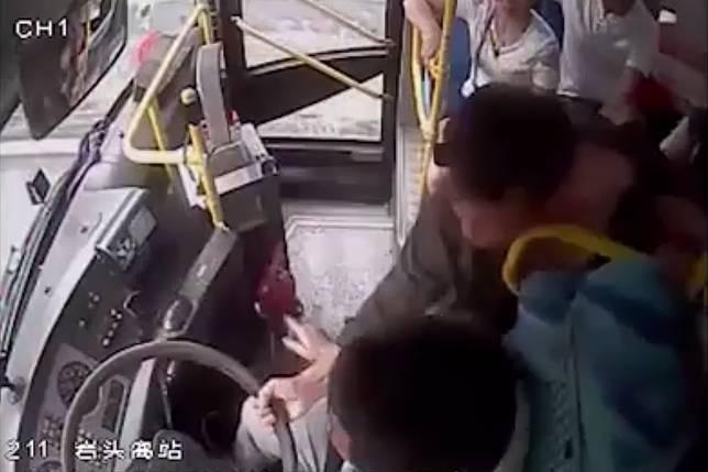 ▲中國大陸浙江省一名高中女孩,搭公車時即時制止搶方向盤的乘客。(圖/翻攝自行視頻)
