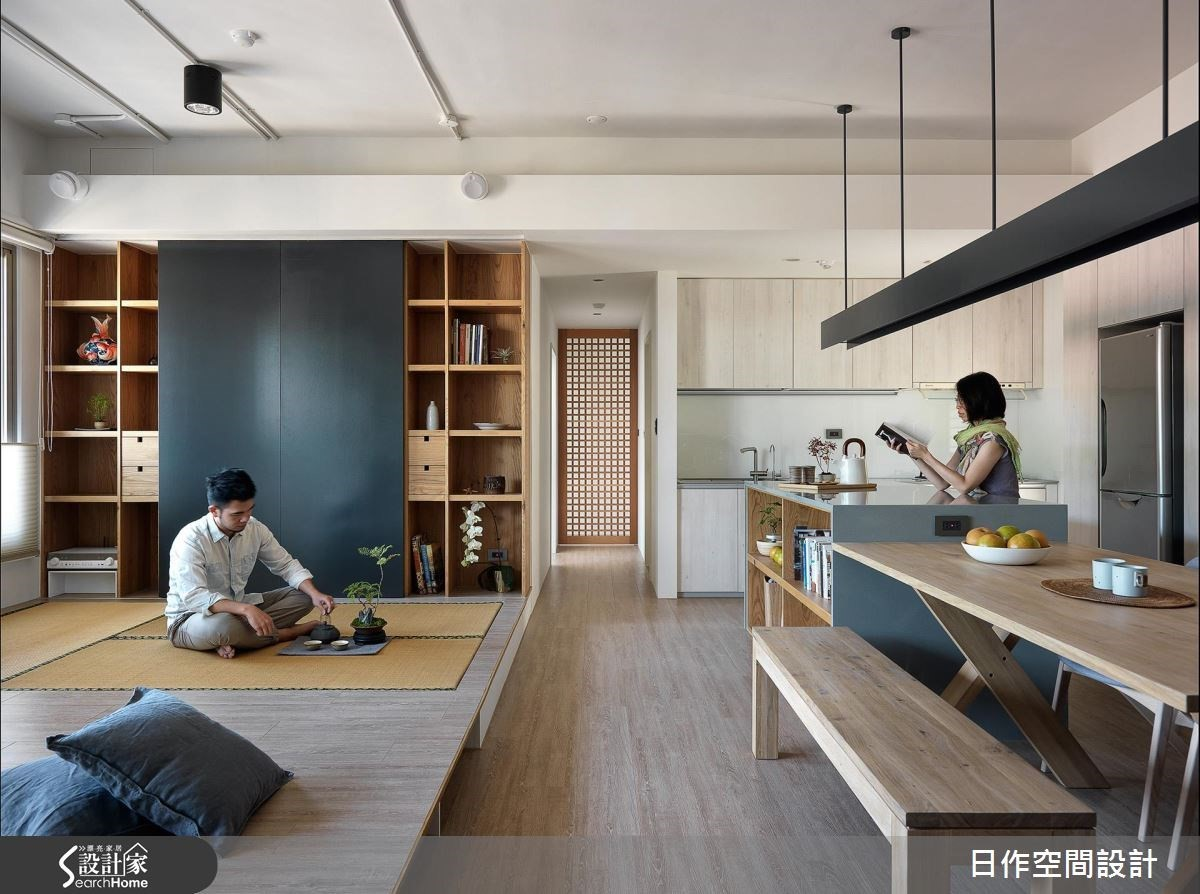 客廳電視牆的收納結合滑動門片與兩旁格櫃設計,當滑門往兩側推開可以觀賞電視,又讓兩旁的收納被隱藏起來,閉合後則成為單純寧靜的休憩空間