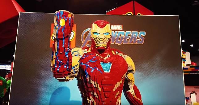 Patung Iron Man yang tersusun dari puluhan ribu LEGO