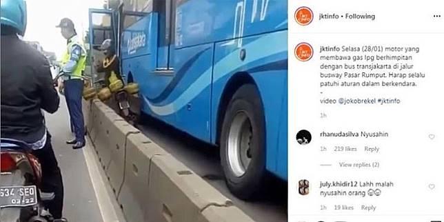 Pemotor terjepit TransJakarta (Instagram/@jktinfo)