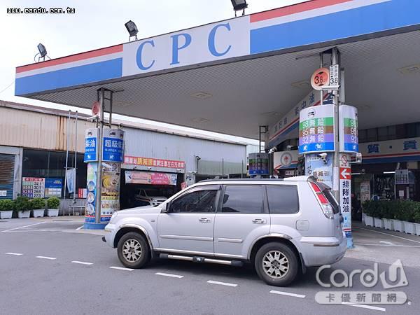 中東地緣政治緊張升溫,汽油價格每公升調漲0.3元、柴油0.4元,可趁著午夜前加滿油箱(圖/卡優新聞網)