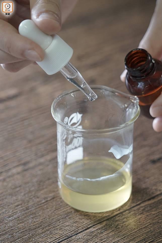 3.加入維他命E油及蜂蜜香精,再放入唇膏容器內待凝固。(張群生攝)