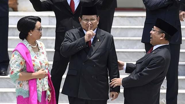 Menteri Luar Negeri Retno Marsudi (kiri) berbincang dengan Menteri Pertahanan Prabowo Subianto (tengah) dan Mensesneg Pratikno sebelum sesi foto bersama Kabinet Indonesia Maju di beranda Istana Merdeka, Jakarta, Rabu (23/10). [ANTARA FOTO/Puspa Perwitasari]