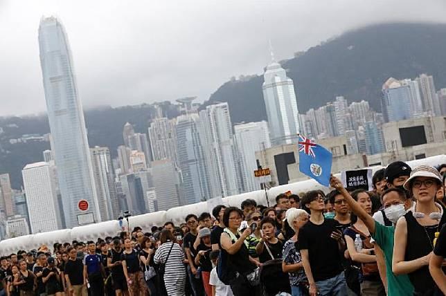 Puluhan ribu demonstran di Hong Kong melakukan aksi protes di tempat-tempat pariwisata untuk mendapat dukungan dari turis. Sumber:  REUTERS/Thomas Peter