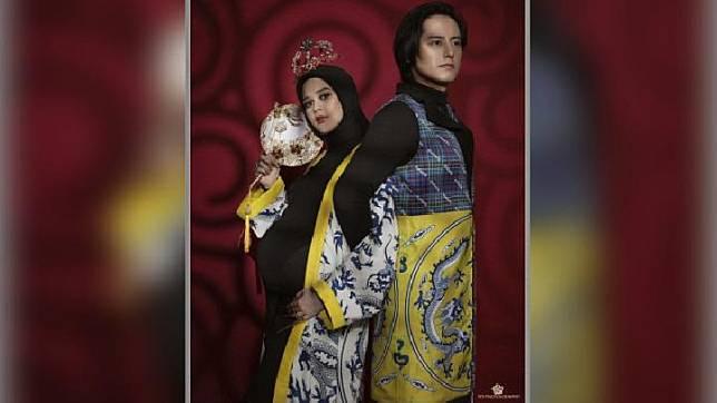Pasangan selebriti Cut Meyriska dan Roger Danuarta saat melakukan sesi foto maternity dengan FD Photography. Instagram/@cutratumeyriska