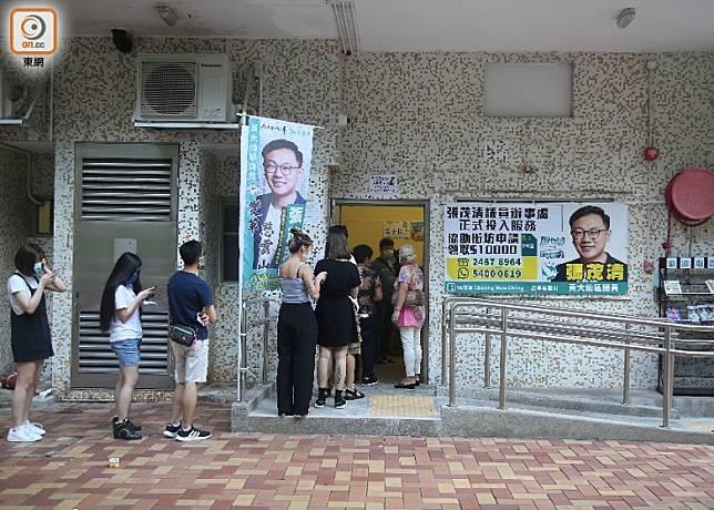 慈樂邨票站的工作人員,並沒有核實投票人的住址證明和身份證資料。