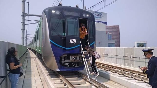 Evakuasi penumpang kereta moda raya terpadu (MRT) saat terjadinya pemadaman listrik massal di Jakarta, Ahad siang, 4 Agustus 2019.  Saat mati lampu, empat gerbong MRT sempat tertahan di bawah tanah. MRT Jakarta