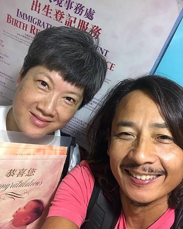 澤鋒同老婆去拎出世紙。
