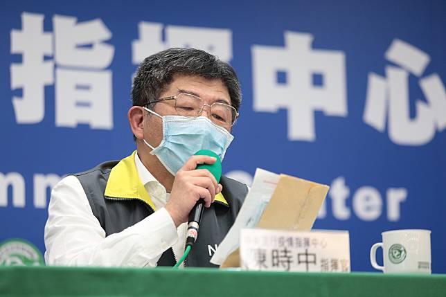 指揮官陳時中戴上眼鏡,分享小朋友寫給他的一封信。中央流行疫情指揮中心提供