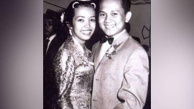 Foto yang diunggah Melanie Subono di akun Instagramnya ini, menunjukkan BJ Habibie dan Ainun saat keduanya muda. Habibie dan Ainun menikah pada 12 Mei 1962. Keduanya dikaruniai dua putra, yaitu Ilham Akbar Habibie dan Thareq Kemal Habibie. instagram.com/melaniesubono
