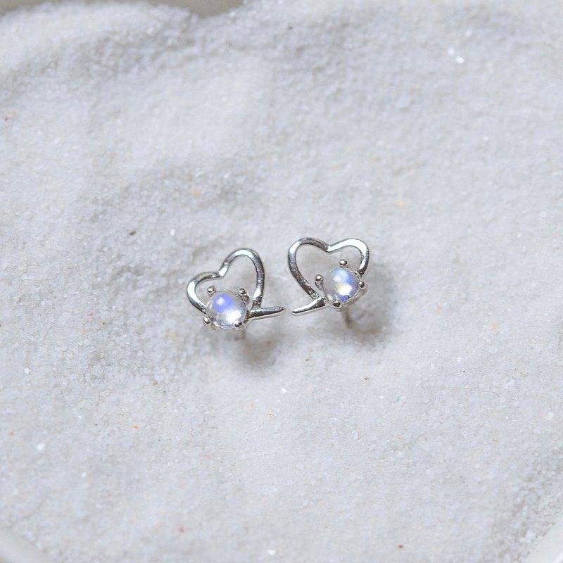 天然藍光月光石<br />925純銀製作小愛心線條設計耳環<br />戀人之石散發藍色光暈<br />吸引最美的愛情