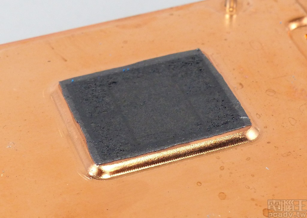 Radeon VII 晶片與散熱器的熱界面材料不是常見的散熱膏,而是含石墨的導熱片