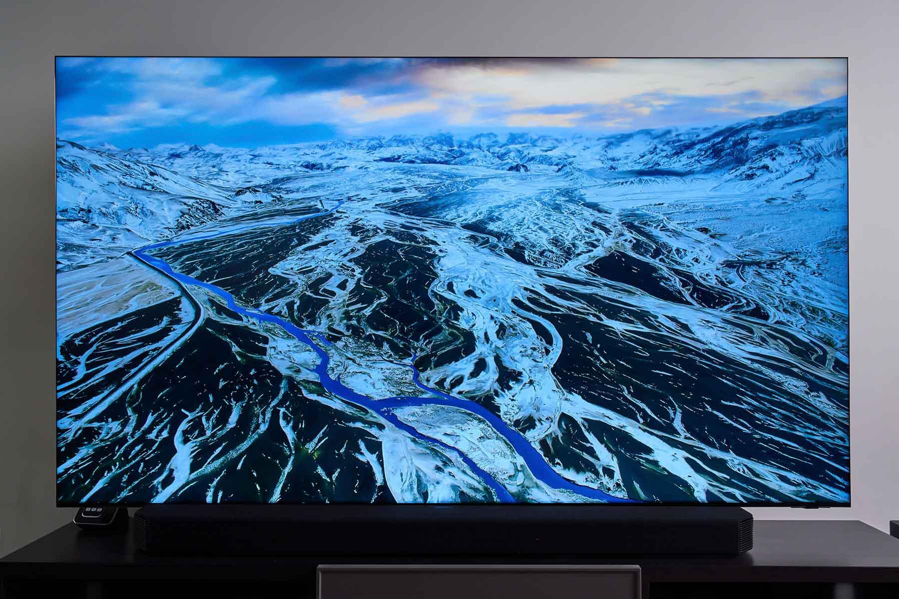 Neo QLED 8K 量子電視的螢幕採用了究極黑面板技術,透過光學折射原理,可避免外部環境光干擾,大幅減少畫面反光的問題。
