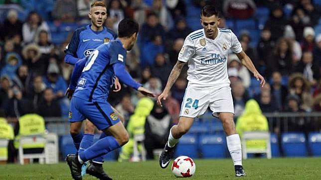 Pemain Real Madrid Daniel Ceballos dihadang oleh pemain Fuenlabrada saat membawa bola dalam Piala Copa del Rey di stadion Santiago Bernabeu di Madrid, Spanyol, 28 November 2017. AP Photo