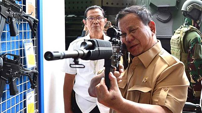 Defense Minister Prabowo Subianto checks on a rifle during his visit to state-owned weapons manufacturer PT Pindad in Bandung, West Java, Wednesday, November 6, 2019. Photo: Defense Ministry