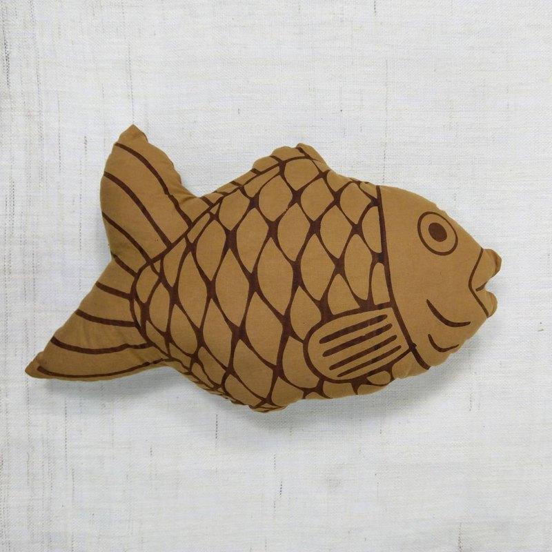 以鯛魚燒為概念發想出手枕後,顧客許願希望鯛魚燒手枕能長大變成抱枕,於是就鯛魚燒就變大了!是充滿療癒感的生活物品。鯛魚燒有不同的表情,為您隨機出貨。