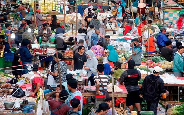 Aktivitas jual beli tanpa menerapkan protokol kesehatan di Pasar Cibinong, Kabupaten Bogor, Jawa Barat, Kamis (9/7/2020). Ikatan Pedagang Pasar Indonesia (Ikappi) mencatat 833 pedagang pasar terjangkit virus corona, 35 di antaranya meninggal dunia. Kasus positif tersebar pada 164 pasar di 24 provinsi dan 72 kabupaten atau kota. ANTARA FOTO/Yulius Satria Wijaya