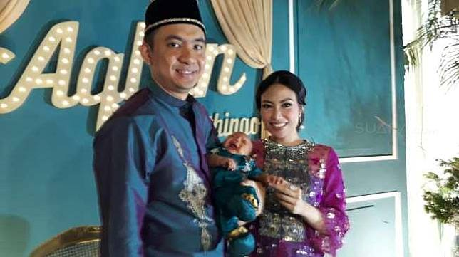 Ayu Dewi dan Regi Datau di acara ptoogn rambut anak kedua mereka di kawasan Tebet, Jakarta Selatan, Minggu (27/8/2018). [suara.com/Ismail]