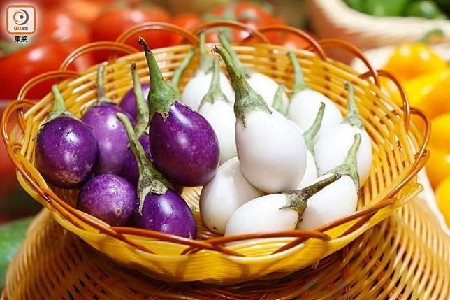 手指頭般大的泰國珍珠圓茄,有白、紫兩種顏色。(郭凱敏攝)