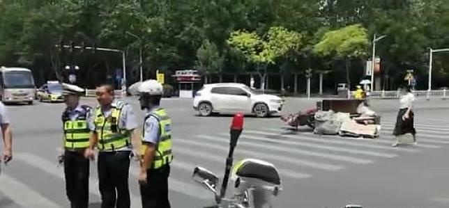 ▲一名回收廢品的老伯騎三輪車闖紅燈撞上轎車,而轎車車主只向老人索取人民幣 1 元。(圖/翻攝自中國新聞網)