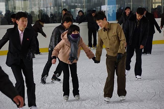 Kencan di lapangan sepatu luncur ruang terbuka di Pyongyang. Foto dari Alek Sigley/Tongil Tours