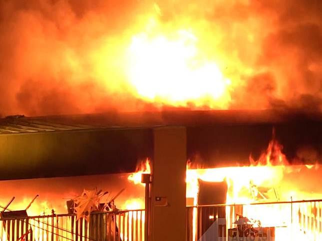 暢運道天橋被汽油彈撃中,火勢一度蔓延燒穿橋頂。(李駿彥攝)