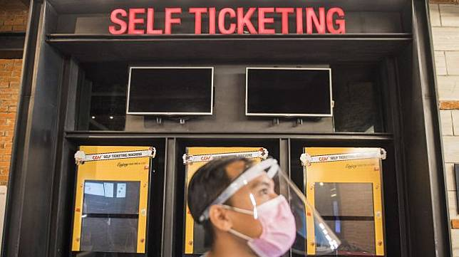 Pekerja menggunakan alat pelindung wajah saat simulasi pembukaan dan peninjauan tempat hiburan bioskop CGV Cinemas di Bandung Electronic Center (BEC), Bandung, Jawa Barat, Kamis (9/7). [ANTARA FOTO/M Agung Rajasa]