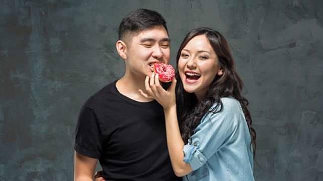 Ilustrasi pasangan mengemil. (Shutterstock)