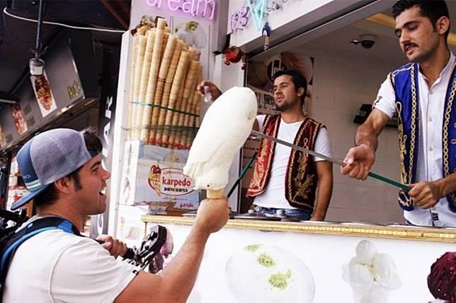 6 Aksi Nyeleneh yang Jadi Ciri Khas Pedagang Makanan!