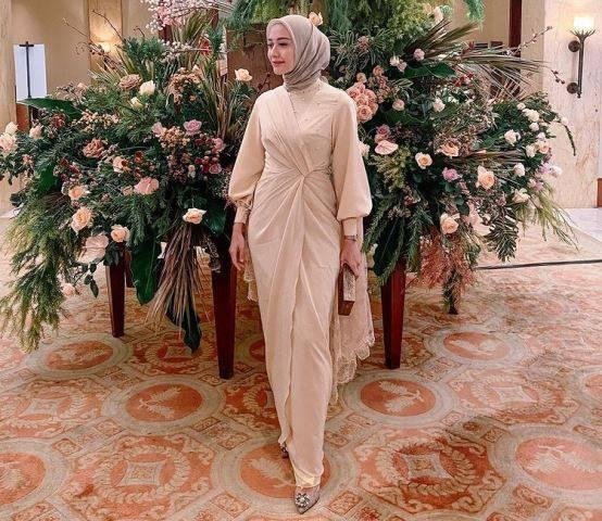 3 Model Gamis Brokat Yang Sedang Ngetren Cocok Dipakai Para Hijaber Okezone Com Line Today