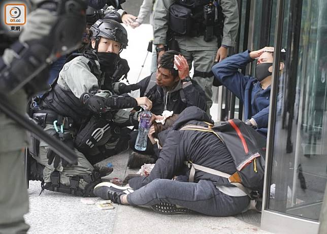 便衣警員在內的3名男女被打致頭破血流。(李志湧攝)