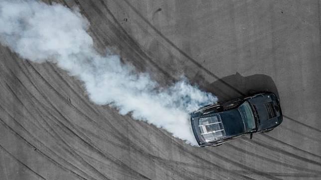 Ilustrasi sebuah mobil melakukan aksi drifting. [Shutterstock]