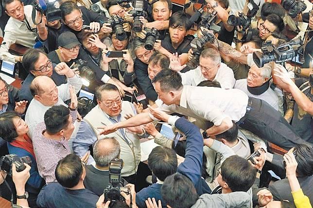 修訂逃犯條例的法案委員會早前開會爆發激烈衝突。