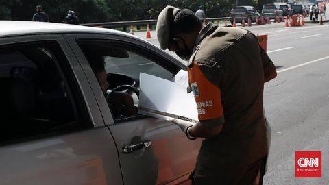 Aparat kepolisian melakukan penyekatan kendaraan dan pemeriksaan dokumen Surat Izin Keluar Masuk (SIKM) Mudik Lebaran 2021. (SIAPGRAK.COM Indonesia/Andry Novelino)