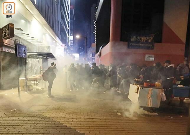 年初三凌晨零時,警方於旺角發射催淚彈。(袁志豪攝)