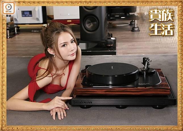 唱盤底座厚達12mm,由堅硬的鋁材及木材製造,連10.5吋雙軸承唱臂,售價HK$198,000。(盧展程攝)