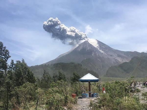 Dua desa Magelang diguyur hujan abu akibat letusan Gunung Merapi