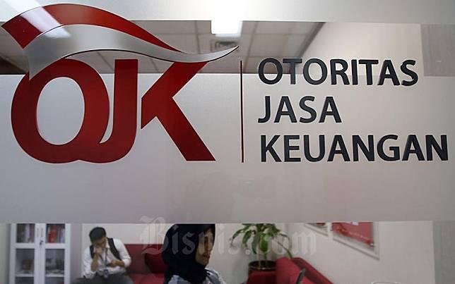 Karyawan berada di dekat logo Otoritas Jasa Keuangan di Jakarta, Jumat (17/1/2020). Bisnis/Abdullah Azzam