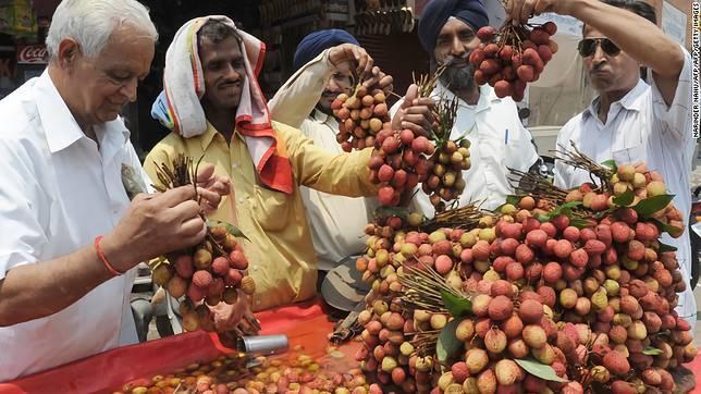 ▲印度北部比哈省的墨沙發坡縣, 3 周內有 109 名兒童因食用荔枝引發急性腦炎而喪命。(圖/翻攝自 CNN )