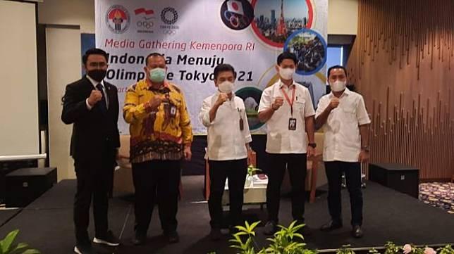 Deputi IV Bidang Peningkatan Prestasi Kemenpora Chandra Bakti (tengah) saat acara diskusi Indonesia menuju Olimpiade Tokyo di kawasan Harmoni, Jakarta, Selasa (4/5/2021). (NONTONGP.COM/Adie Prasetyo Nugaraha).