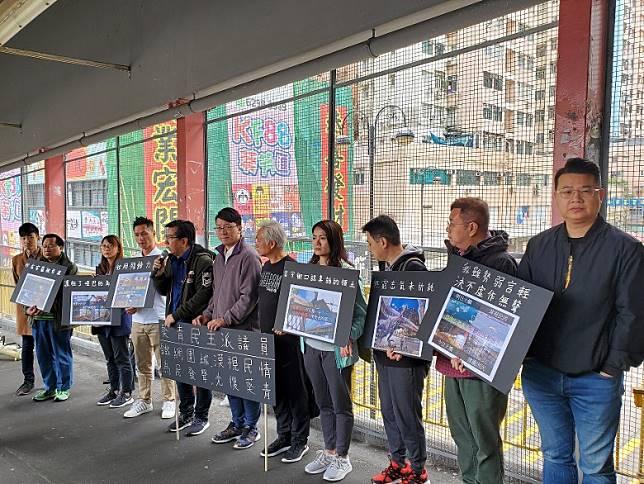 多名民主派區議員批評路政署未經諮詢,在葵涌廣場行人橋增建鐵絲網。
