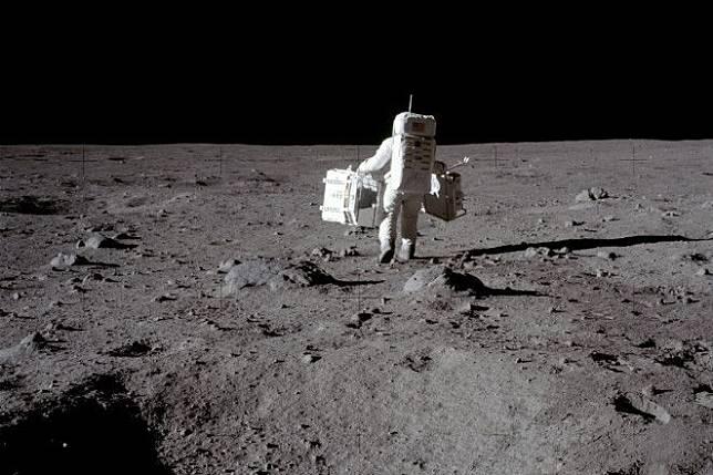 Buzz Aldrin membawa reflektor di permukaan Bulan.