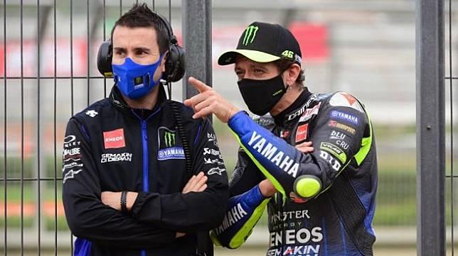 Rider Petronas Yamaha SRT, Valentino Rossi (kanan). [LLUIS GENE / AFP]