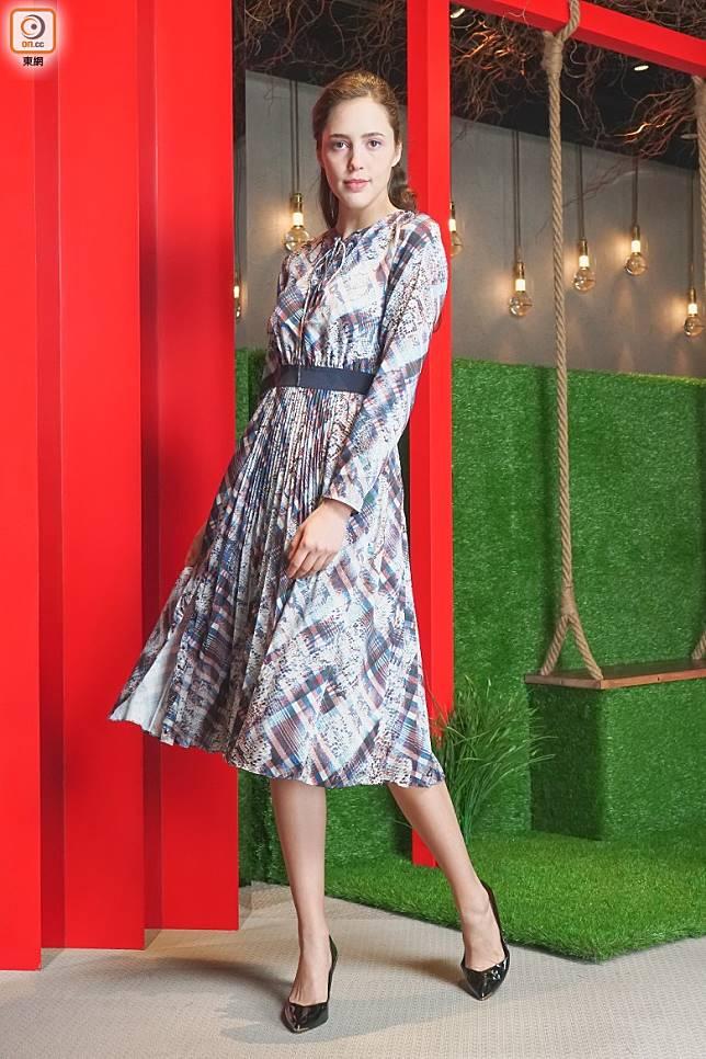 抽象動物圖案連身裙完美襯托現代女性的魅力。(莫文俊攝)