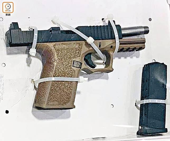 警方在疑犯沙田公屋單位檢獲的P80手槍。(黃劍能攝)