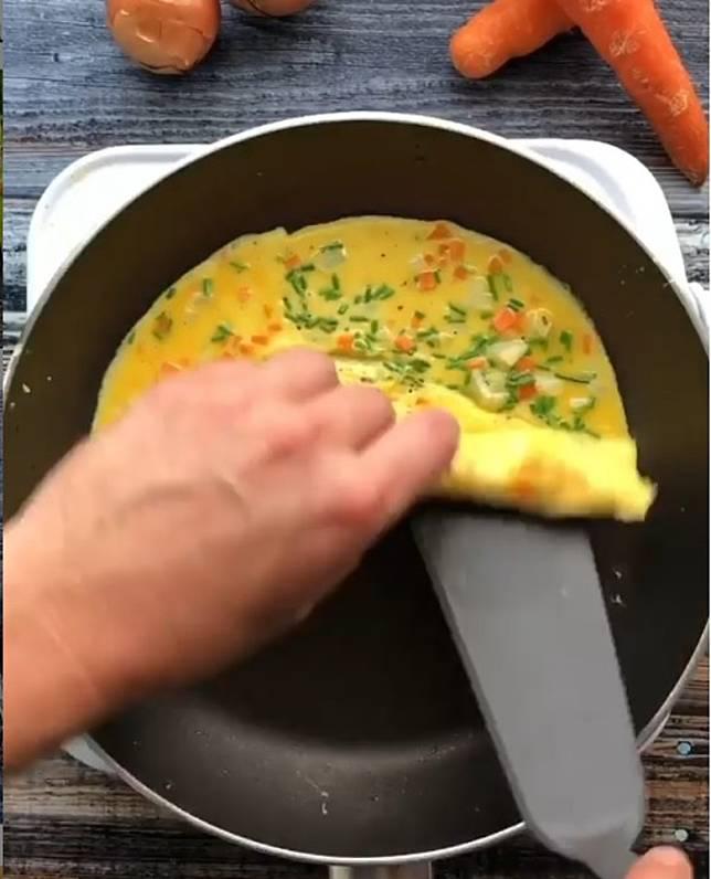 在近尾端不斷倒蛋漿再捲,雞蛋便不輕易爛。(互聯網)
