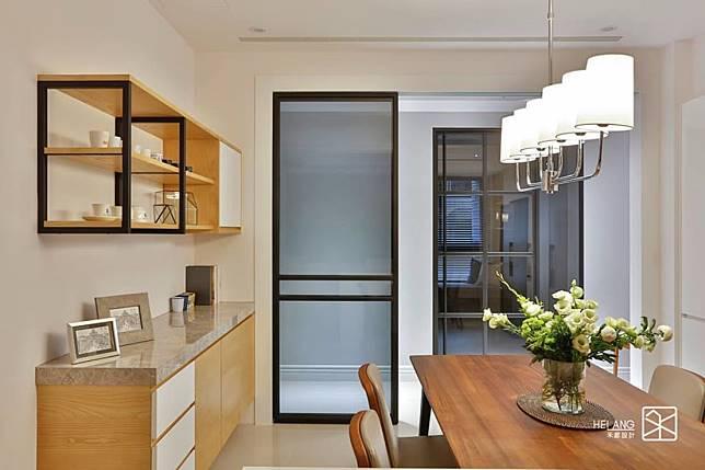 鐵框玻璃拉門混搭木質家具