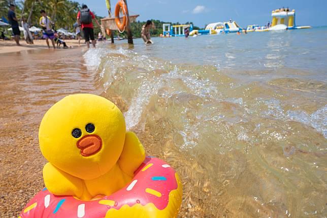猛烈太陽下趕路程,見到海灘Sally急不及待要下水消暑。